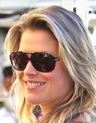 Ali Larter com óculos de sol