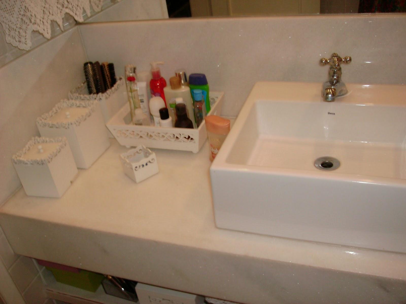 Meu banheiro é todo branco piso azulejo bancada cuba enfeites e  #265E10 1600x1200 Bancada Banheiro Resina