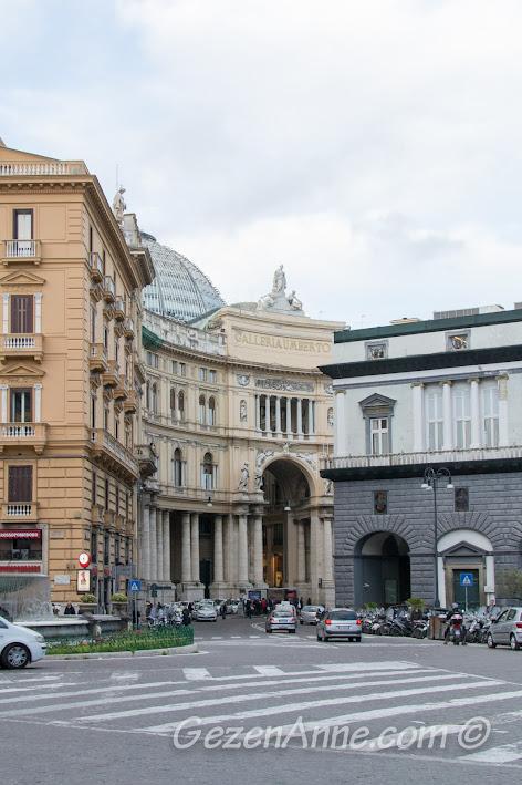 Napoli'deki Galleria Umberto I'in uzaktan görünüşü