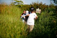 Un grupo de ciudadanos hace un muestreo de agua en el área de la Hacienda La Esperanza y luego lo analiza en el laboratorio de las facilidades.