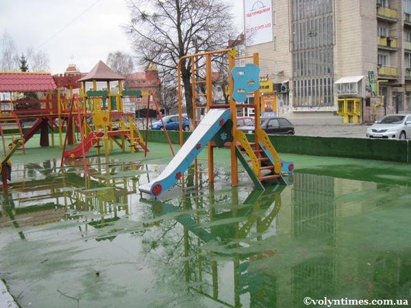 Дитячий майданчик в центрі Луцька. 08.04.2012 р.