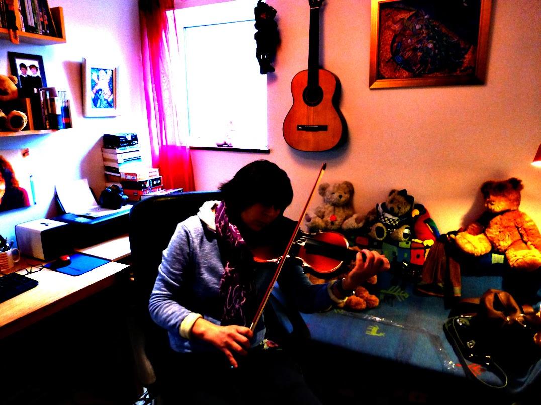Музыкант играл на скрипе