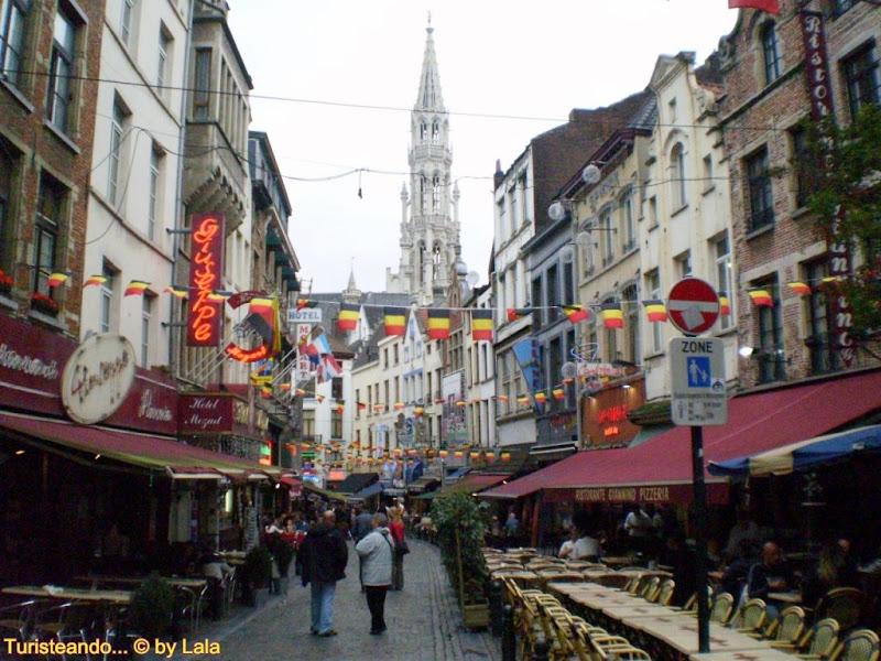 La animada Rue des Bouchers, un buen sitio para comer en Bruselas