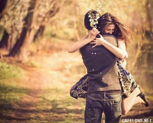 Ảnh người đàn ông và phụ nữ hạnh phúc ôm lấy nhau