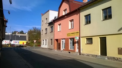 Cestovní a informační centrum (TIC) v Červeném Kostelci - pohled od Autobusového nádraží do ulice Havlíčkova