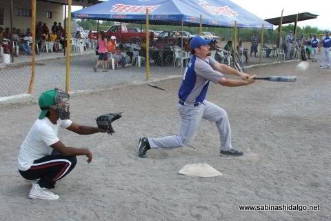 Martín González Acevedo bateando por SUTERM en el softbol del Club Sertoma