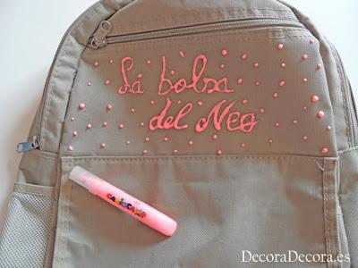 Decorar una mochila con rotuladores de relieve.