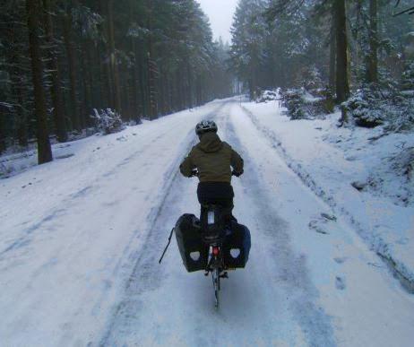 Sebastian auf dem Rad bei Schnee im Harz kurz vor dem Brockengipfel