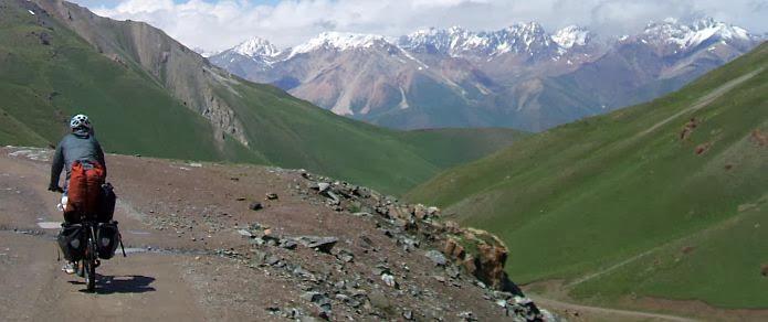 Chris on the Bike auf dem Kalmak-Ashu-Pass (3445 m)