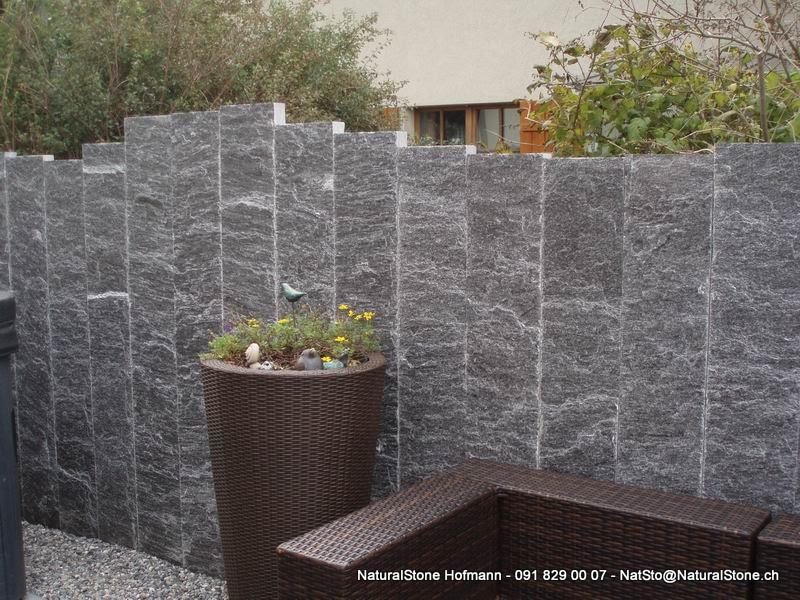 Granitstellen als sichtschutzwand von naturalstone hofmann for Edelstahl dekoration metalldekoration