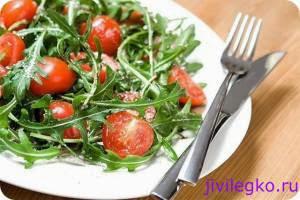 Руккола с помидорами черри