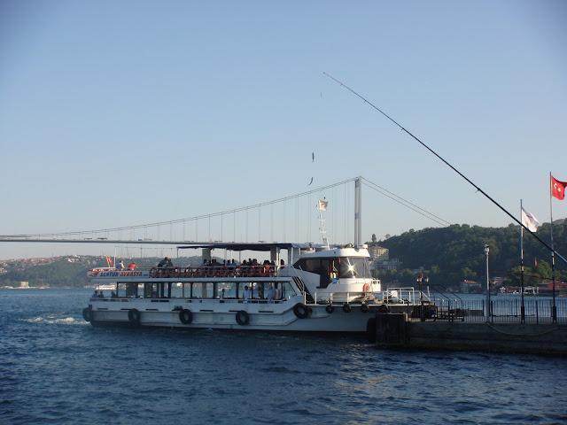 Emirgan sahilinde motor, köprü ve balık tutanlar manzarası