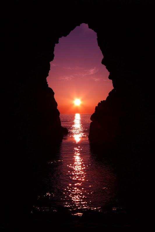 鬼の足跡の穴の中へ差し込む夕日3