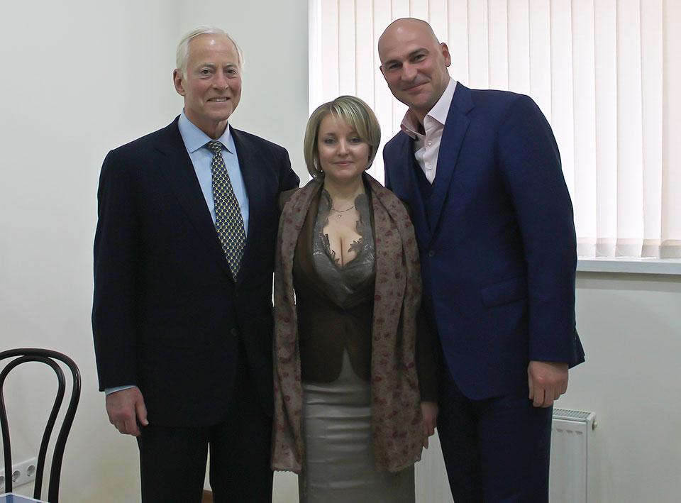 Радислав Гандапас и Брайан Трейси с директором бизнес-центра ВЕДА