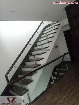 cau thang kinh K007 - Mẫu cầu thang kính tay vịn gỗ đẹp cho biệt thự hiện đại