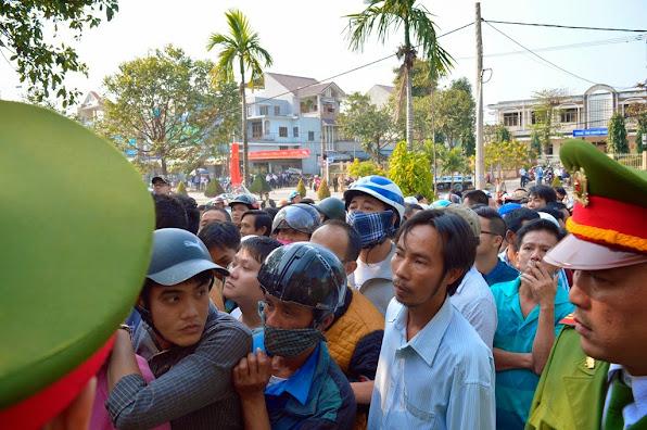 Ai cũng nóng lòng muốn được vào viếng nguyên lãnh đạo thành phố, ông Nguyễn Bá Thanh (ảnh Đoàn Sơn)