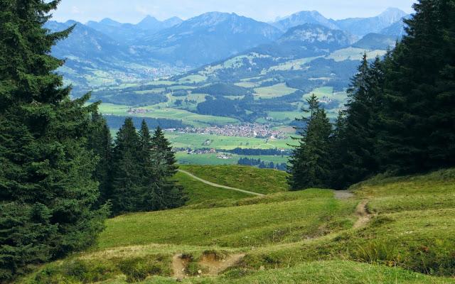 Blick auf Altstädten, Bad Hindelang und dem Imberger Horn Aufstieg zum Rangiswangerhorn von Kierwang Bolsterlang Allgäu