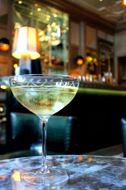伦敦康诺特酒吧的香槟