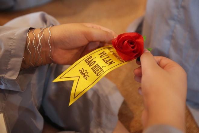 hoa hồng đỏ cài lên ngực trong ngày Vu Lan