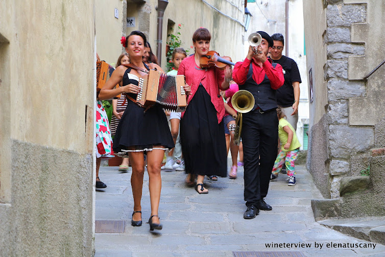 teatro nel bicchiere, scansion, street performance, street performers, scansion, estate scansano