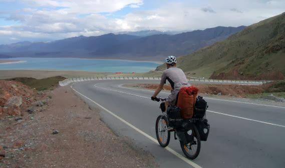 Abfahrt vom Kubaki-Pass (2160 m) mit Blick auf den Orto-Tokoy-Stausee, Zentral-Kirgistan