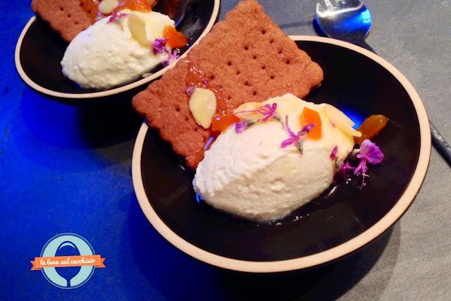 finto gelato al parmigiano reggiano con cracker al caffè e composta di miele e rosmarino