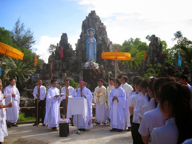 Hình ảnh lễ ban phép Thêm Sức và làm phép tượng đài Đức Mẹ tại giáo xứ Diêm Điền