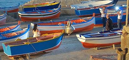 Hochzeit zwischen den Fischbooten in Aspra
