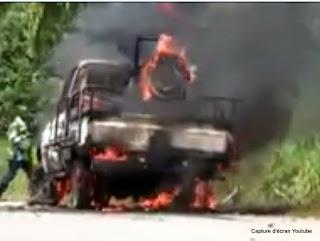 Le véhicule 4X4 qui transportait le colonel Mamadou Ndala en plein feu non loin de l'aéroport de Beni, le 2 janvier 2014.