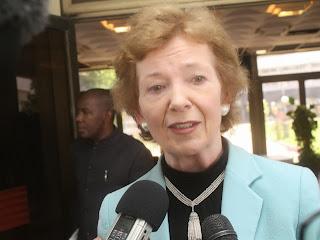 Mary Robinson, envoyée spéciale du secrétaire général de l'Onu pour les Grands Lacs, au sortir d'un entretien avec le ministre congolais des Affaires étrangères le 12 février 2014 à Kinshasa. Photo John Bompengo.