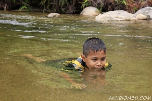 mandi di sungai air chiling