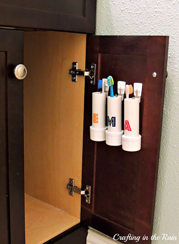 Decorar baño con portacepillos hechos con tuberias