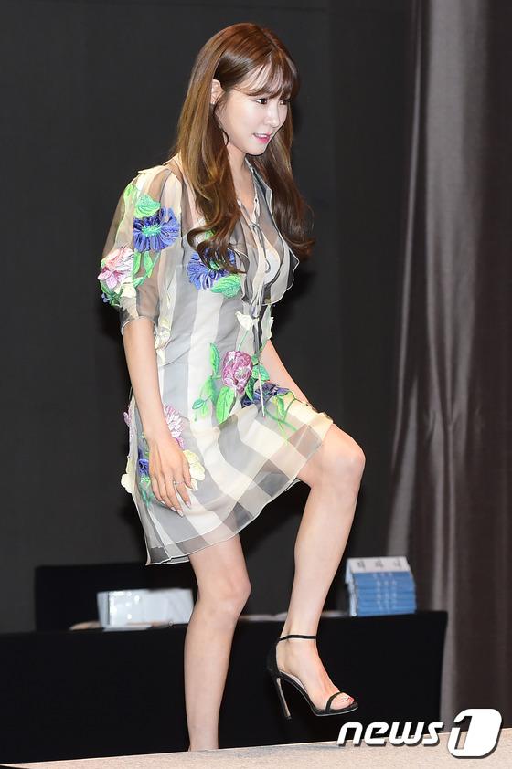 Tiffany (SNSD), bạn gái Taeyang cùng dàn nghệ sĩ nữ khoe dáng gợi cảm tại sự kiện