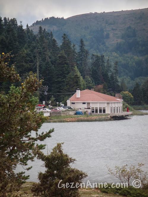 Abant Gölü kıyısındaki Kır Gazinosu