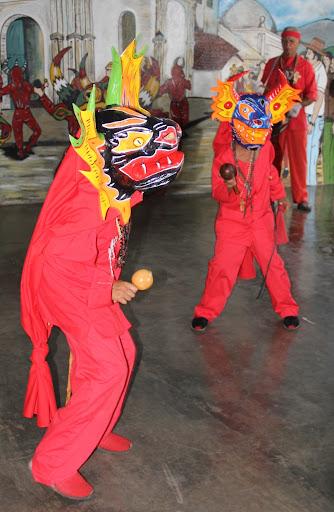 Dos diablos de Yare adolescentes danzando en el día de Corpus Christi en San Francisco de Yare, Municipio Bolivar, Miranda Venezuela