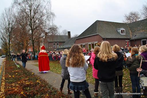 Sinterklaas komt aan bij Josefschool overloon 02-12-2011 (10).JPG
