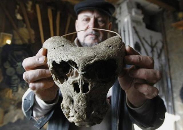 Theo nhà dân tộc người Nga Vladimir Melikov thì sinh vật sở hữu 1 trong 2  chiếc đầu lâu này đi bằng 2 chân, nhưng không có điểm gì giống con người.