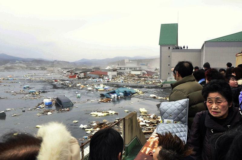 https://lh4.googleusercontent.com/-wTBDE3Zjoak/TXpEV8miNHI/AAAAAAAABgw/bqgqb6OvifY/s1600/japan-tsunami-earthquake-photo-stills-007.jpg
