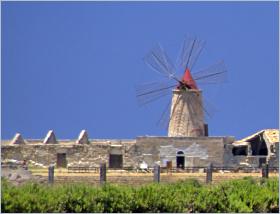 Sizilien - Trapani - Windmühle in den Salinen.