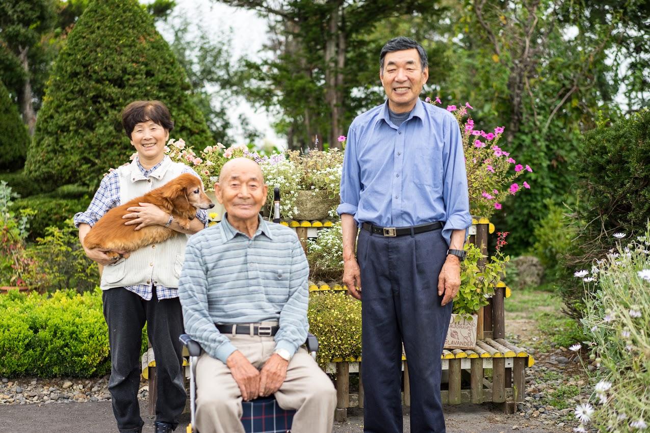 庭先で:久米谷清一さん(中)、和幸さん(右)、恵子さん(左)