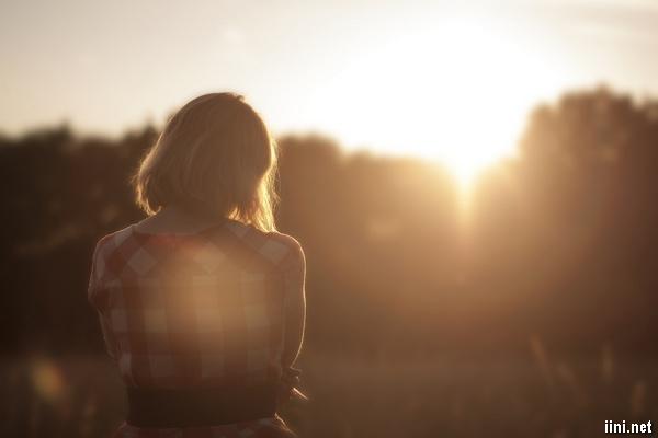 ảnh cô gái buồn nhìn ngắm mặt trời lặn