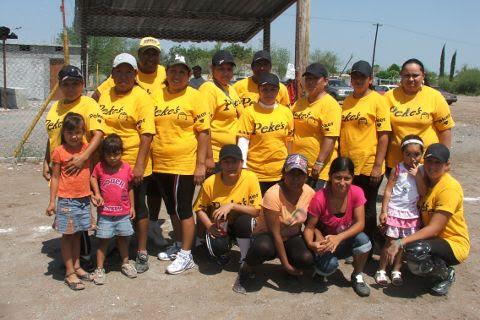 Equipo Pekes de Bustamante en el softbol femenil del Club Sertoma
