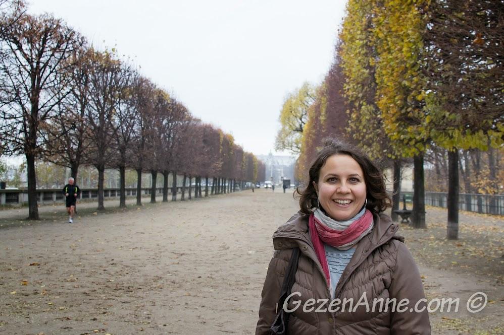 Tuileries parkında dolaşırken, Paris