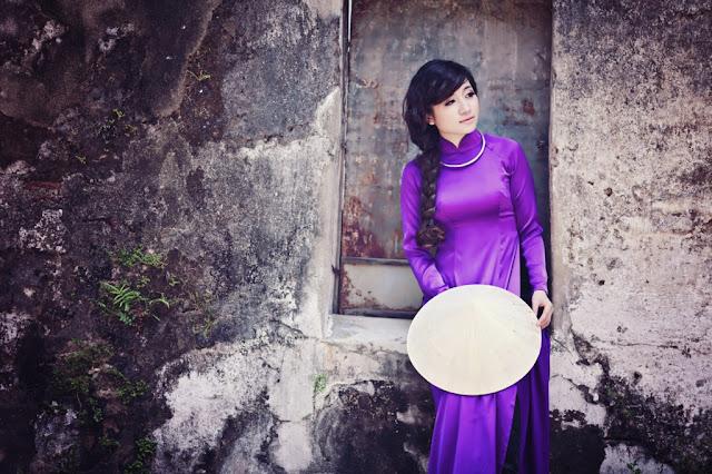 hình ảnh cô gái dịu dàng với trang phục áo dài tím