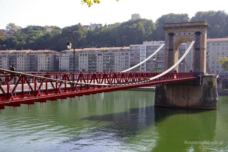 Zabytkowy most otwarty jedynie dla pieszych i rowerzystów.