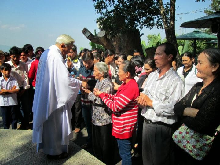 Đón nhận Mình Thánh Chúa tại Trung Tâm Thánh Mẫu Tà Pao. 123