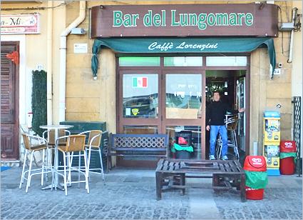 Sizilien - Simone Lorenzini vor seiner Bar 'Lungomare' in Aspra bei Palermo