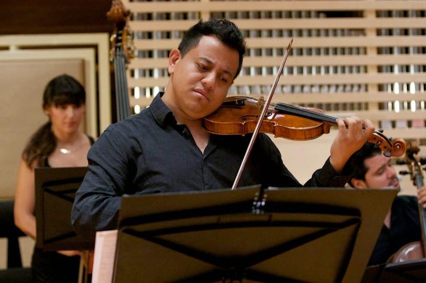 El violinista Alejandro González interpretó, como intermezzo a las dos partes de la ópera bufa, extractos de la Sonata para violín y bajo continuo de Pergolesi