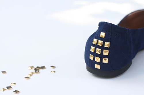 Sapatilha customizada com tachinhas