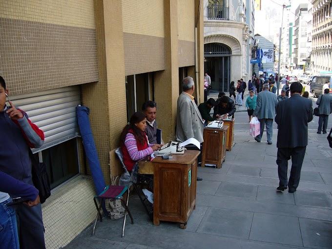 Las máquinas de escribir siguen trabajando en Bolivia